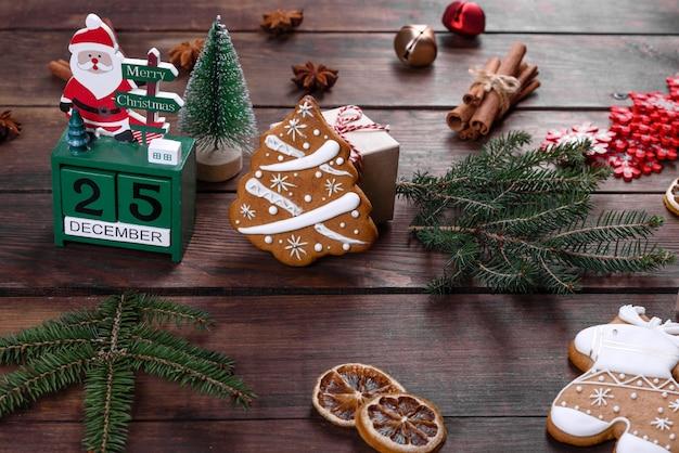 Świąteczne pierniki zrobione w domu na ciemnym stole