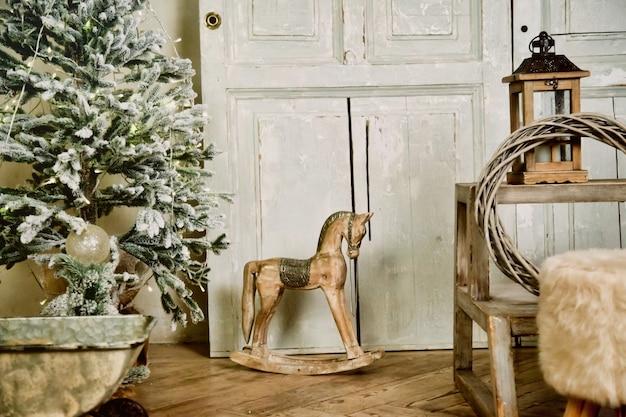 Świąteczne prezenty dla dzieci w stylu vintage stoją pod drzewem w sylwestra. idealne tło dla projektu strony, pocztówki lub książki. koncepcja spotkania boże narodzenie i szczęśliwego nowego roku. skopiuj miejsce na stronę