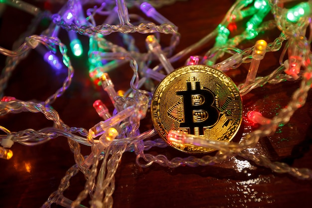 Świąteczne prezenty w postaci girlandy bitcoin i gałęzi jodłowych