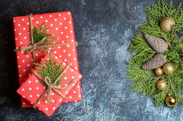Świąteczne prezenty z widokiem z góry z rożkami i zabawkami na jasno-ciemnym stole