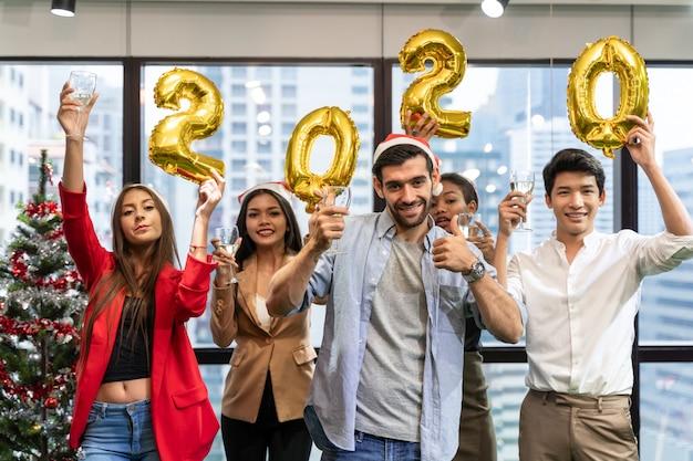 Świąteczne przyjęcie biurowe. wesołych świąt i szczęśliwego nowego roku 2020