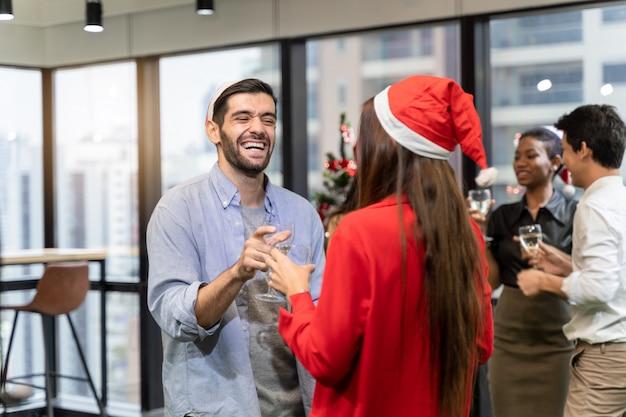 Świąteczne przyjęcie biurowe. wesołych świąt i szczęśliwego nowego roku