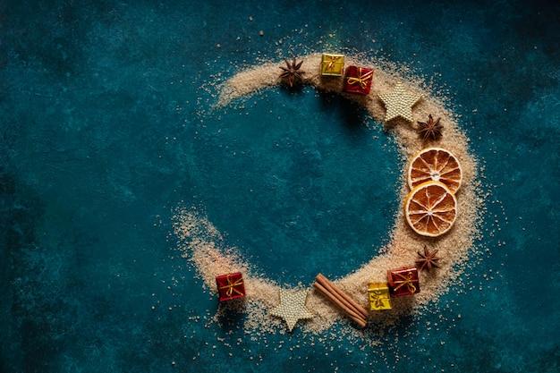 Świąteczne przyprawy i dekoracje, brązowy cukier rozlany w kształcie półksiężyca