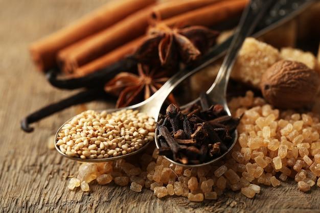 Świąteczne przyprawy i składniki do pieczenia na parcianej powierzchni