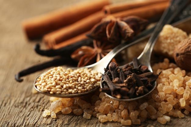 Świąteczne przyprawy i składniki do pieczenia na worze tle