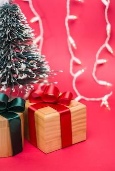 Świąteczne pudełka na prezenty i różne tła wykonane z drewna z motywami świątecznymi i noworocznymi
