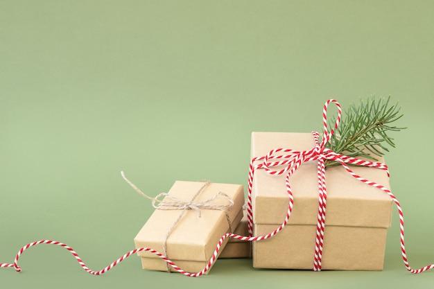 Świąteczne pudełka na prezenty na zielonym tle