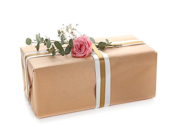 Świąteczne pudełko na prezent na białym tle