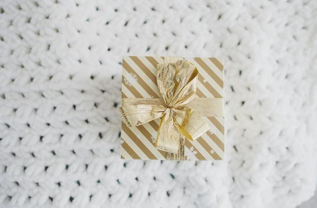 Świąteczne pudełko na tle wełny, przygotowanie do świąt