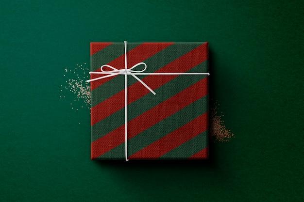 Świąteczne pudełko owinięte w czerwony i zielony papier