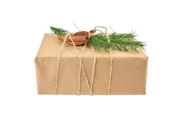 Świąteczne pudełko ozdobione gałązką jodły i przyprawami