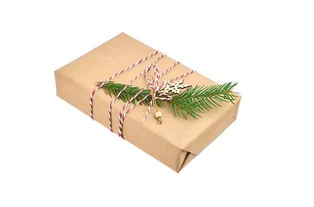 Świąteczne pudełko ozdobione gałązką jodły