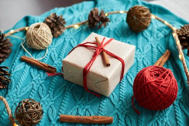 Świąteczne pudełko ozdobione laską cynamonu