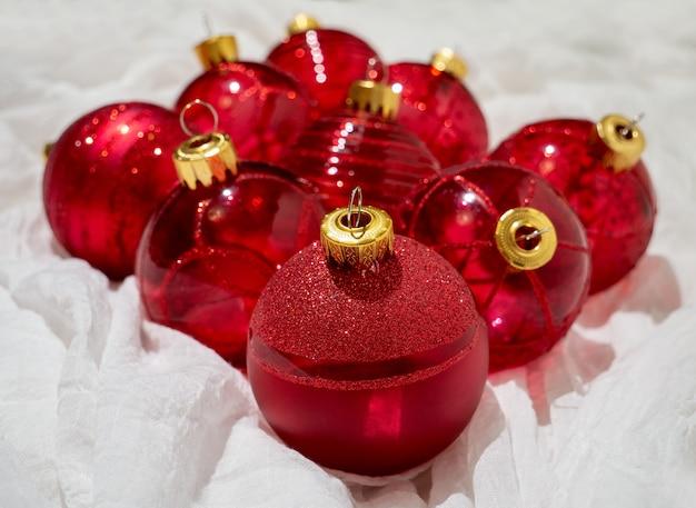 Świąteczne pudełko z czerwonymi bożonarodzeniowymi czerwonymi kulkami i prezentami świąteczne drobiazgi