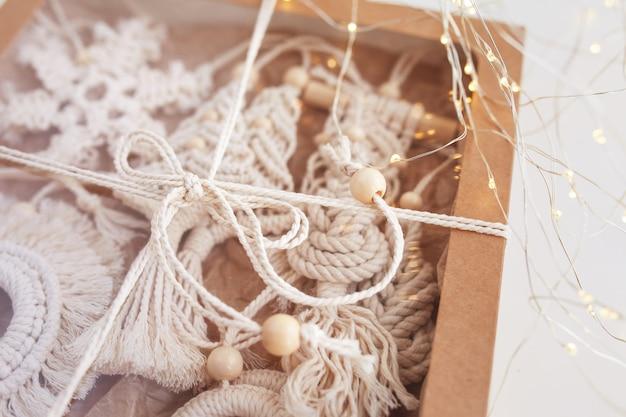 Świąteczne pudełko z dekoracją makramy świąteczne ekologiczne dekoracje ręcznie robione dekoracje zimowe wakacje