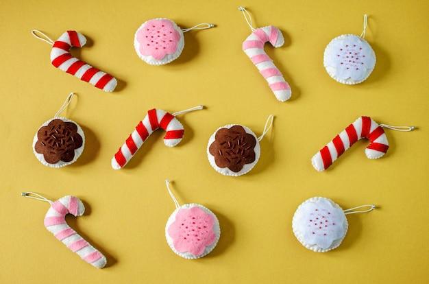 Świąteczne ręcznie robione ozdoby z filcu: świąteczne filcowe laski i bombki