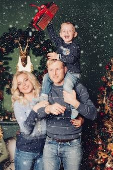 Świąteczne rodzinne zdjęcie, tata, syn i mama