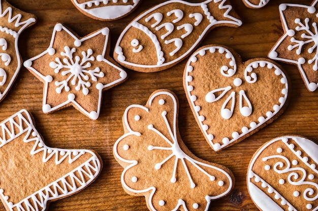 Świąteczne słodkie ciasta. świąteczne domowe pierniki na drewnianym stole.