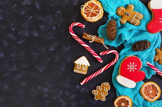 Świąteczne słodycze, imbirowe ciasteczka na drewnianej powierzchni