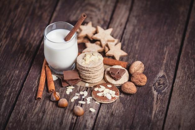 Świąteczne słodycze na drewnianych deskach
