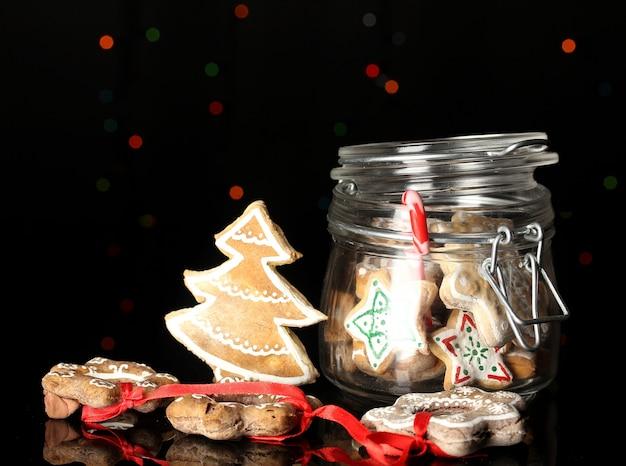 Świąteczne smakołyki w banku na powierzchni lampek bożonarodzeniowych
