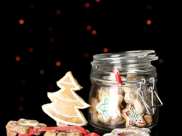 Świąteczne smakołyki w banku na powierzchni lampek choinkowych