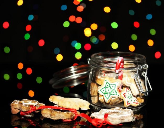 Świąteczne smakołyki w banku na tle lampek choinkowych christmas