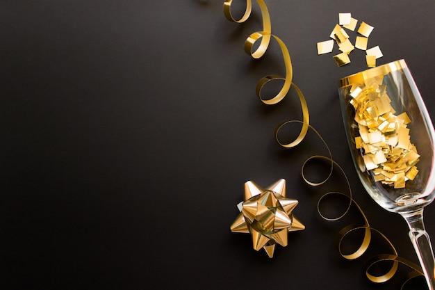 Świąteczne świąteczne tło z brokatem złotego konfetti