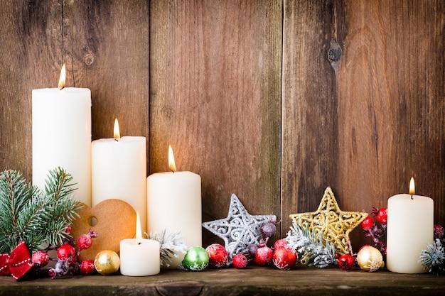 Świąteczne świece adwentowe z świątecznym wystrojem.