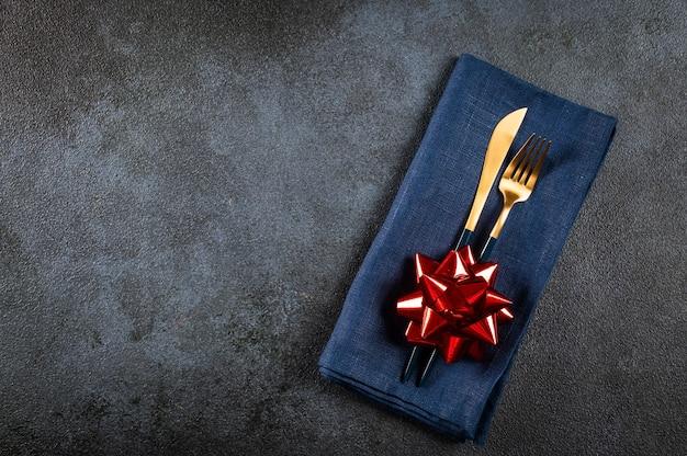 Świąteczne sztućce z dekoracją. nakrycie stołu świątecznego. nakrycie noworoczne. świąteczna zastawa stołowa z dekoracjami. widok z góry