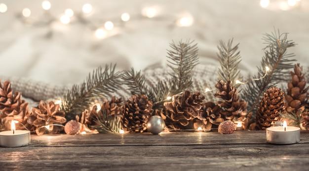 Świąteczne szyszki i światła nowego roku.