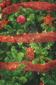 Świąteczne tło drzewa ozdobione czerwonymi błyszczącymi kulkami i dekoracjami bokeh lights