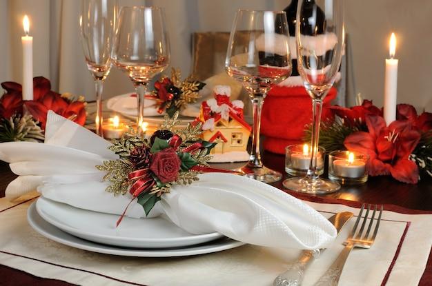 Świąteczne ustawienie stołu świątecznego z dekoracją serwetkową