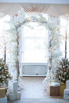 Świąteczne wnętrze: choinka i sofa z poduszkami, prezenty. koncepcja bożego narodzenia i nowego roku.