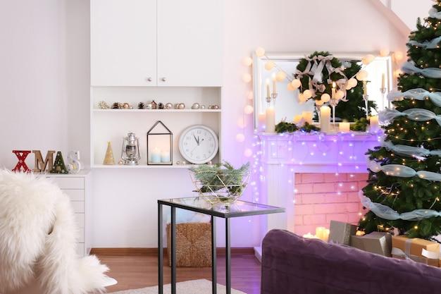 Świąteczne wnętrze salonu z piękną jodłą