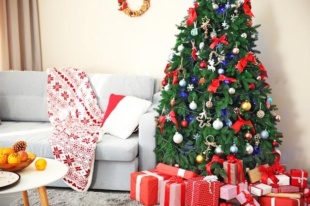 Świąteczne wnętrze z jodłą i prezentami