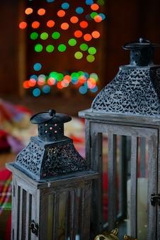 Świąteczne wnętrze z pudełka na prezenty i świąteczne ognie