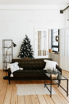 Świąteczne wnętrze z wygodną kanapą i ozdobioną choinką