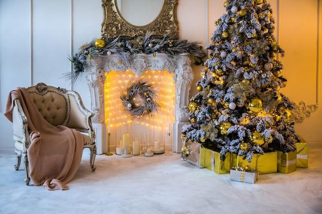 Świąteczne wnętrze ze sztucznym kominkiem i choinką noworoczną udekorowane na wakacje