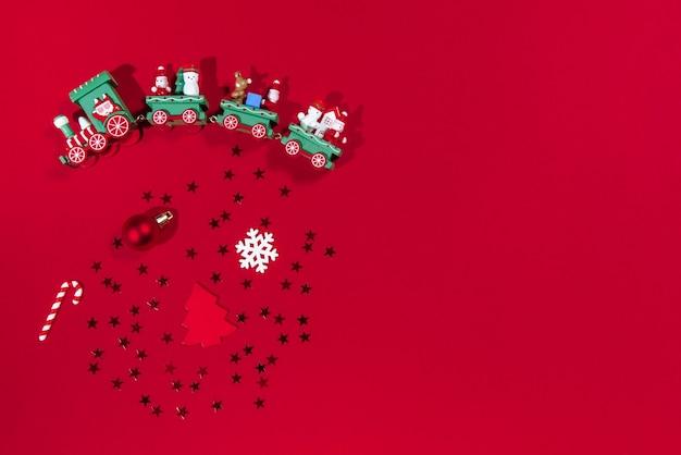 Świąteczne zabawki i akcesoria na czerwonym tle
