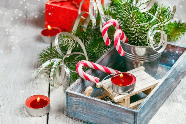 Świąteczne zabawki i laski z cukierkami