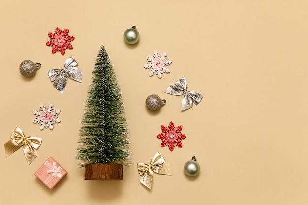 Świąteczne zabawki na beżowym tle świąteczna kompozycja świąteczna koncepcja