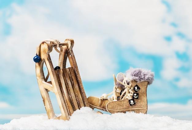 Świąteczne zabawki sanki i łyżwy