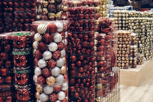 Świąteczne zakupy podczas pandemii. sklepy sprzedają ozdoby świąteczne, pudełka na zabawki bąbelkowe. świąteczny nastrój na jarmarku bożonarodzeniowym
