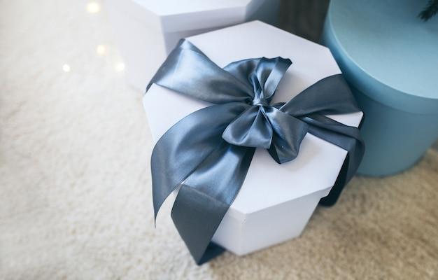 Świąteczne zdjęcie tematyczne. zimowy prezent świąteczny. niebieskie święta.