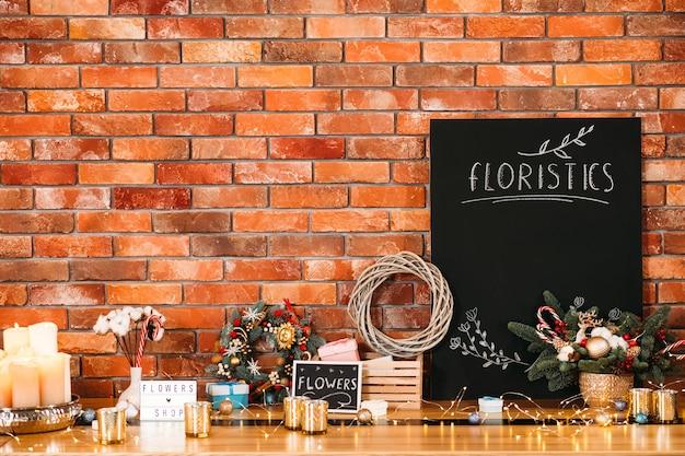 Świąteczne zimowe narzędzia do dekoracji wnętrz. makieta czarnej tablicy.