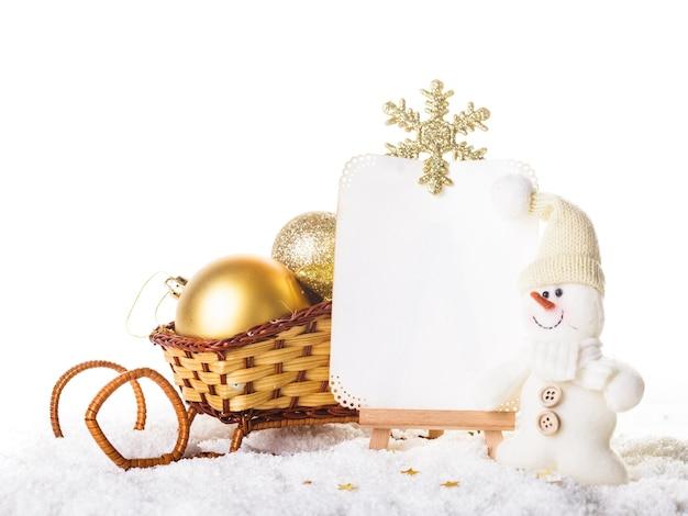 Świąteczne życzenia ze śniegiem, bałwanem i saniami
