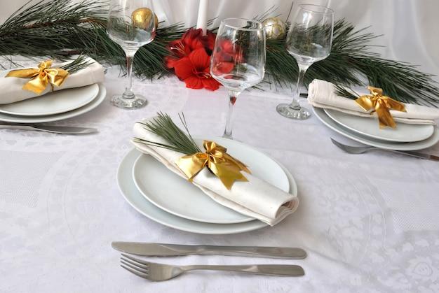 Świątecznie udekorowany świąteczny (nowy rok) stół na obiad
