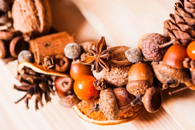 Świąteczny aromatyczny wieniec z naturalnych składników z różami mandarynkowymi. styl grzanego wina