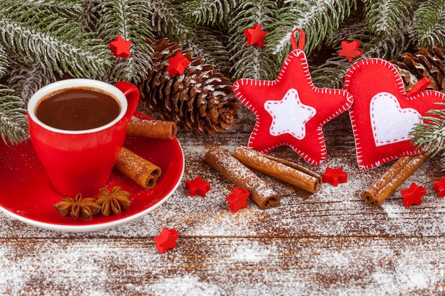 Świąteczny baner z zielonym drzewem, kubek z gorącą czekoladą, ręcznie robione filcowe ozdoby, cynamon.
